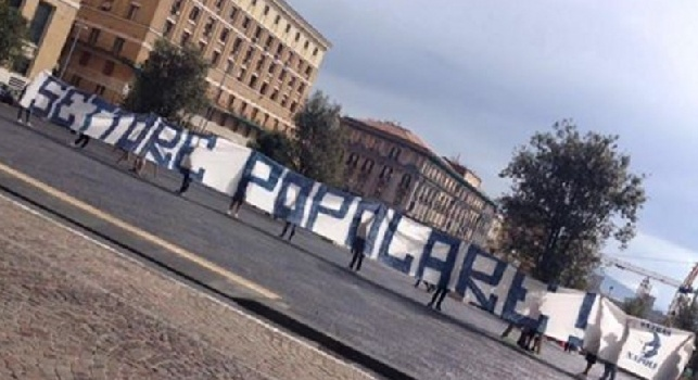 Stadio, biglietti troppo costosi: protesta degli ultras davanti al Comune di Napoli
